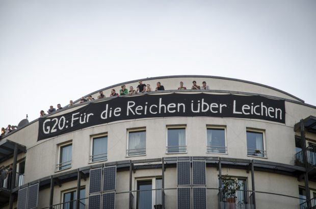 """Transparent von Anwohnern am Hamburger-Hafen mit der Aufschrift: """"G20: Für die Reichen über Leichen"""". Foto: Tim Wagner"""