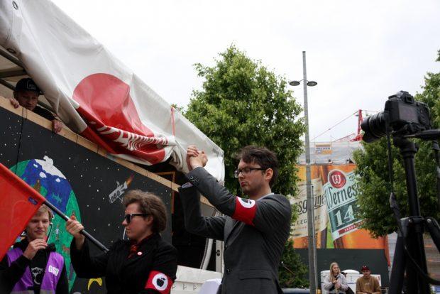 Die PARTEI-Kandidat Tom Rodig ließ sich schon mal huldigen. Er zieht im September in den Bundestag ein. Foto: L-IZ.de