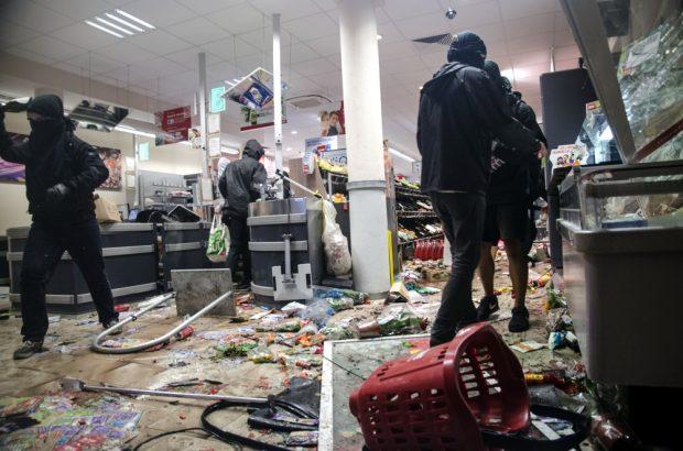 Plünderung des REWE Supermarkts im Schanzenviertel. Foto: Tim Wagner