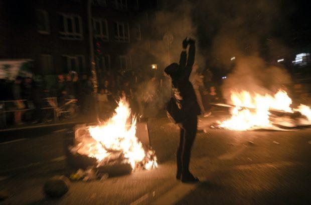 Demonstrant zeigt den Helikoptern über dem Schanzenviertel den Mittelfinger. Foto: Tim Wagner