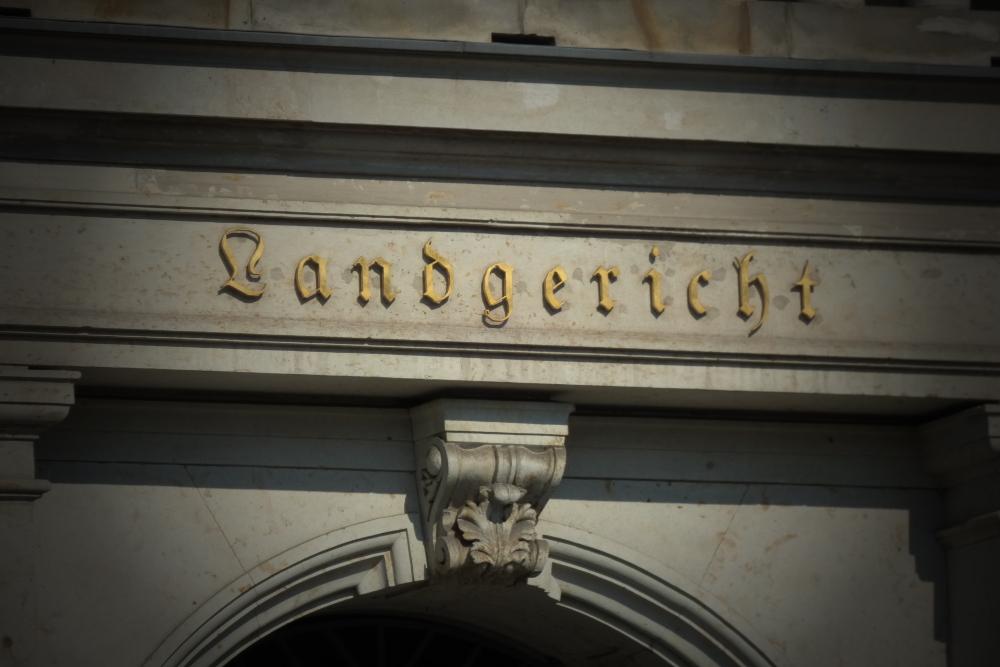 Schriftzug über dem Haupteingang des Leipziger Landgerichts. Foto: Lucas Böhme