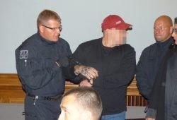 Der Angeklagte Stefan S. (32) wird in Handschellen hereingeführt. Foto: Lucas Böhme