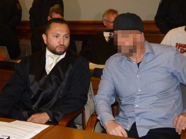 Der Angeklagte Frank M. (36) mit Verteidiger Denis van Ngoc. Foto: Lucas Böhme