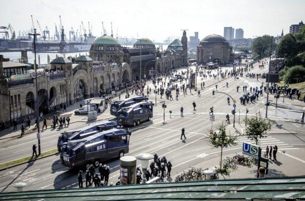 Demonstranten und Polizeieinsatz an den Landungsbrücken in Hamburg am Nachmittag des 07.07.. Foto: Tim Wagner