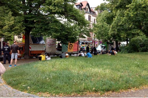 Sammeln am Connewitzer Kreuz um 14:10 Uhr,. Trotz angekündigtem Regen füllt sich der Platz. Foto: L-IZ.de