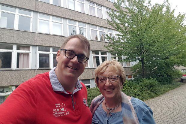 Margitta Hollick und Sören Pellmann testen den ÖPNV. Foto: Die Linke