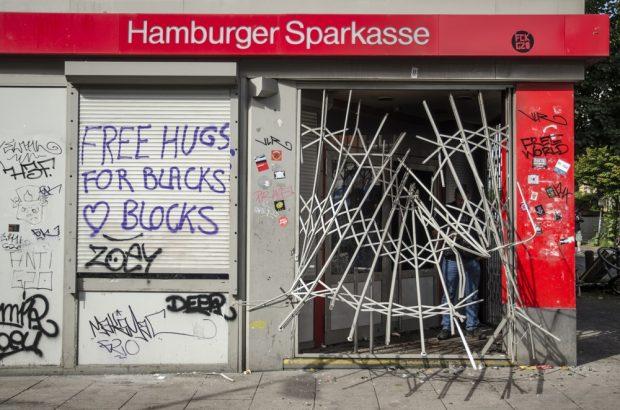 Zerstörte Sparkassenfiliale auf der Schanze mit dem Graffiti: Free hugs for Black Blocks. Foto: Tim Wagner