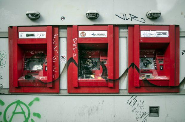 Zerstörte Sparkassen Geldautomaten in der Schanze. Foto: Tim Wagner