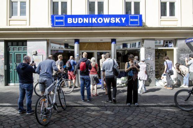 Schaulustige, Anwohner und Journalisten stehen vor dem zerstörten und geplünderten Supermarkt Budnikowsky (Drogerie) auf der Schanze. Foto: Tim Wagner