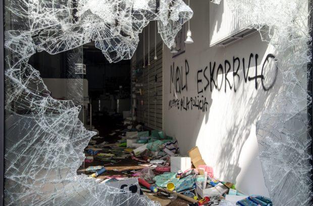 Zerstörtes Schaufenster und Laden in der Schanze. Foto: Tim Wagner