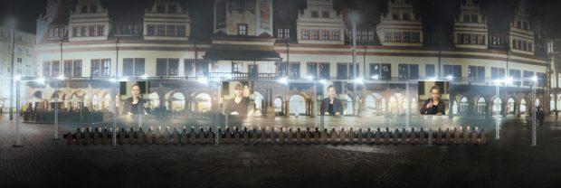 """Die """"Abendmahl""""-Installation am 2. September auf dem Leipziger Markt. Foto: Lumalenscape & FZML"""