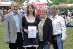Preisträgerin A. Alt mit den Auslobern und der Juryvorsitzenden am Musikpavillon. Foto: M. Schneider