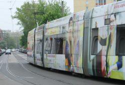 Von DHL zugeklebte XXL-Straßenbahn. Foto: Ralf Julke