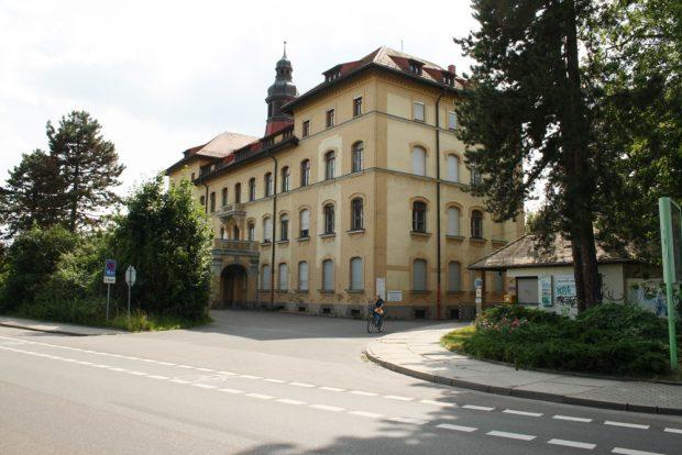Einfahrt zum ehemaligen Parkkrankenhaus Dösen. Foto: Ralf Julke