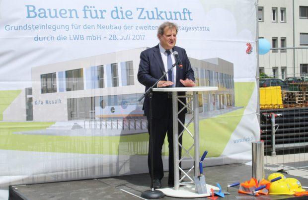 Bürgermeister Thomas Fabian bei seiner Rede zur Grundsteinlegung. Foto: Ralf Julke