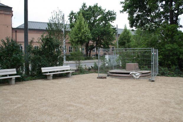 Noch eingehaust: der Froschbrunnen - ohne Frosch und spielende Kinder. Foto: Ralf Julke