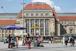 Urbanes Leben auf dem Kleinen Willy-Brandt-Platz. Foto: Ralf Julke