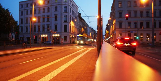 Straßenbahn abends in der Jahnallee. Foto: Ralf Julke
