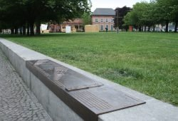 Johannisplatz mit kulturhistorischen Erinnerungstafeln. Foto: Ralf Julke