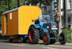 Lanz Bulldog mit Bauwagen-Anhänger. Foto: Ralf Julke