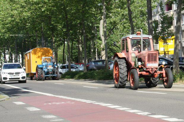 Traktoren in der Richard-Lehmann-Straße. Foto: Ralf Julke