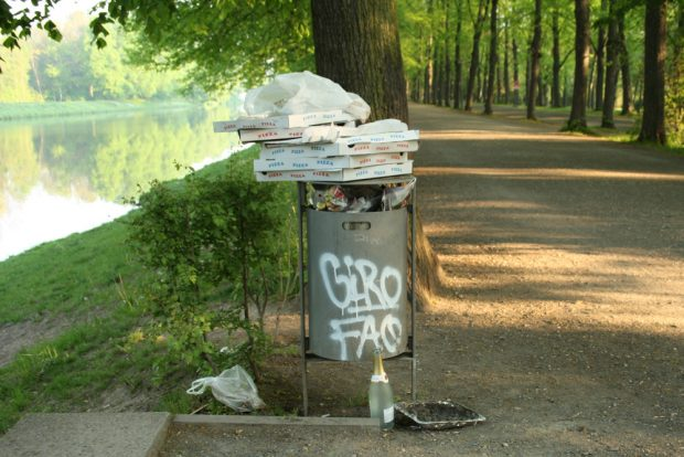 Ordentlich gestapelter Müll. Foto: Ralf Julke