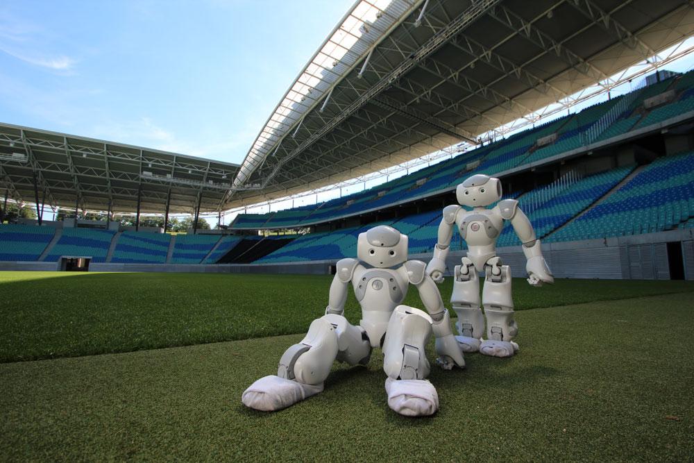 Gut vorbereitet für den RoboCup 2017 in Japan: zwei Fußballroboter der HTWK Leipzig. Das Nao-Team der Hochschule reist als Vorjahresdritter nach Nagoya, denn vor einem Jahr holten die kickenden Roboter Bronze beim Turnier, das ausgerechnet daheim in Leipzig stattfand. Foto: Leipziger Messe GmbH