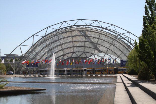 Glashalle der Neuen Messe mit Planschbecken. Foto: Ralf Julke