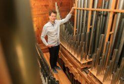 Kantor Vogt mit der Schweinefleisch-Mendelssohn-Orgel. Foto: Kirchgemeinde