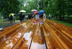Die große Rittertafel im Park am Wasserschloss. Foto: Ralf Julke