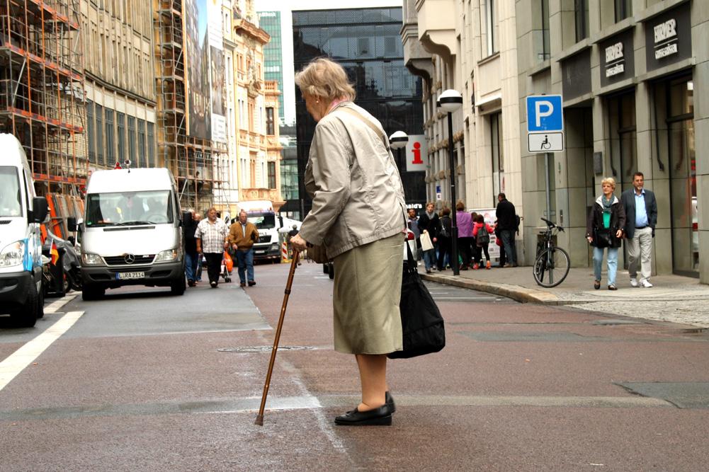 Seniorin unterwegs. Foto: Ralf Julke