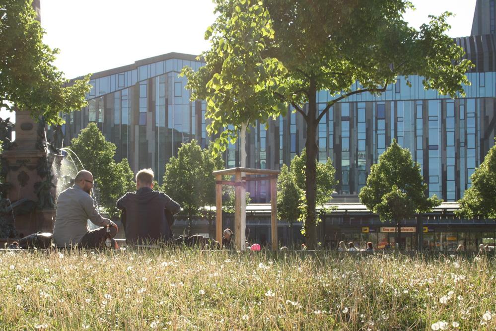 Blick durch die Bäume zum Uni-Campus am Augustusplatz. Foto: Ralf Julke