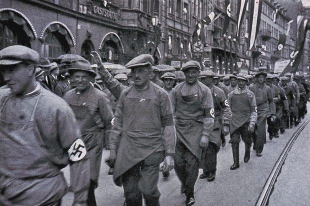 """Die Zeitreise an einen wichtigen Punkt der deutschen Geschichte. Der Arbeiter marschiert mit Hitler. Foto: """"Cigaretten-Bilderdienst"""" Hamburg-Bahrenfeld (gemeinfrei)"""