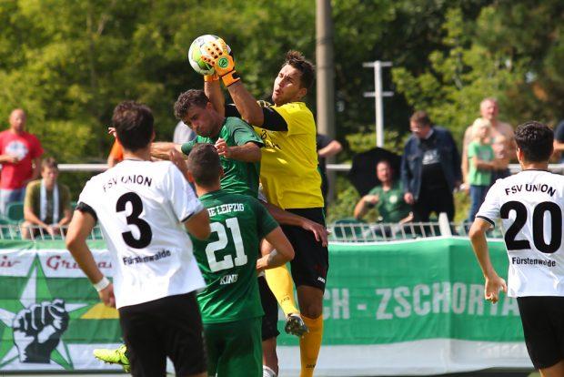 Fürstenwaldes Torwart Oliver Birnbaum ist vor Alexander Rodriguez Schwarz (Chemie) am Ball. Foto: Jan Kaefer