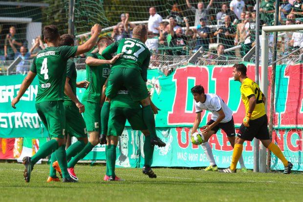 Da war die grün-weiße Welt noch in Ordnung: Chemie bejubelt die 1:0-Führung durch Daniel Heinze. Foto: Jan Kaefer