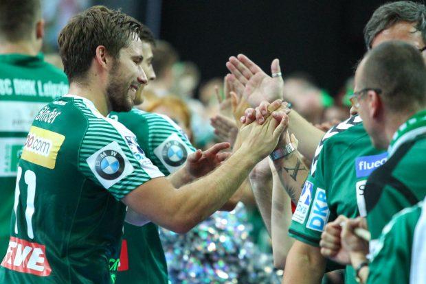 Erleichterung nach dem knappen Sieg. Lukas Binder beim Shakehands mit den DHfK-Fans. Foto: Jan Kaefer