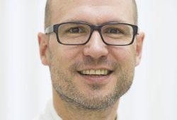 Prof. Martin Lacher, Leiter der UKL-Kinderchirurgie, warnt vor folgenreichen Unfällen mit Kleinkindern beim Grillen. Foto: Stefan Straube/UKL