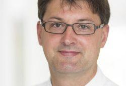 PD Dr. Christoph Lübbert, Leiter des Fachbereichs Infektions- und Tropenmedizin am Universitätsklinikum Leipzig, ist Herausgeber eines neuen Lehrbuchs zur Gastroenterologischen Infektiologie. Foto: Stefan Straube / UKL