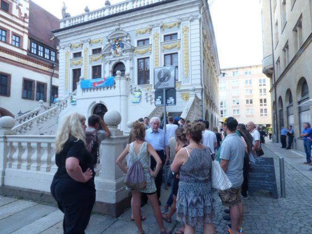 Vor der Alten Handelsbörse kam es zu Diskussionen zwischen Anhängern und Gegnern der AfD. Foto: Lucas Böhme