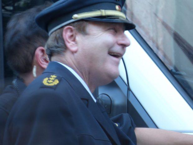 Polizeipräsident Bernd Merbitz erschien kurz vor Ort. Seine Beamten hatten an dem Abend vergleichsweise wenig zu tun. Foto: Lucas Böhme