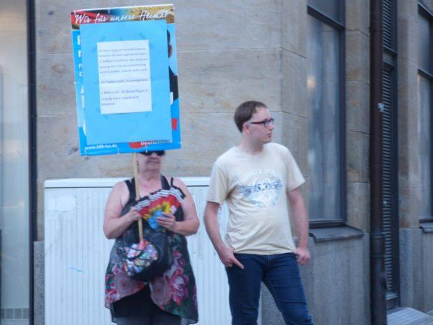 Die sogenannte OfD-Heidi provozierte mit ihrem Plakat und spazierte immer wieder in Richtung der Gegendemonstranten. Foto: Lucas Böhme
