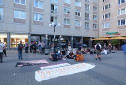 Protest gegen die AfD-Veranstaltung hinter der Alten Handelsbörse. Foto: Lucas Böhme
