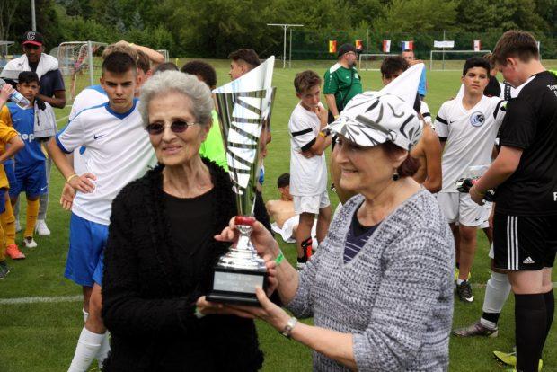 Ein mittlerweile international begehrter Pokal mit Damen aus den USA. Die Nachfahren der Familie Bartfeld: Evelyne Neimann und Juliette Richter. Foto: L-IZ.de
