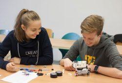 """Lego-Roboter """"Roberta"""" – hier noch in Einzelteilen – wartet darauf, dass die Gymnasiasten Kassandra Nerlich und Lorenz Gottschalk sie zusammenbauen und programmieren. Das Bild entstand während der Ferienhochschule im Herbst. Foto: Kristina Denhof/ HTWK Leipzig"""