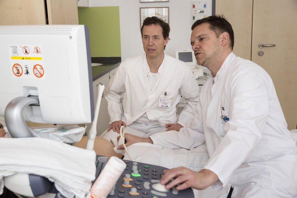 Prof. Holger Stepan (rechts), Direktor der UKL-Geburtsmedizin, mit seinem Kollegen Prof. Ulrich H. Thome, Leiter der Neonatologie. Foto: Stefan Straube/UKL