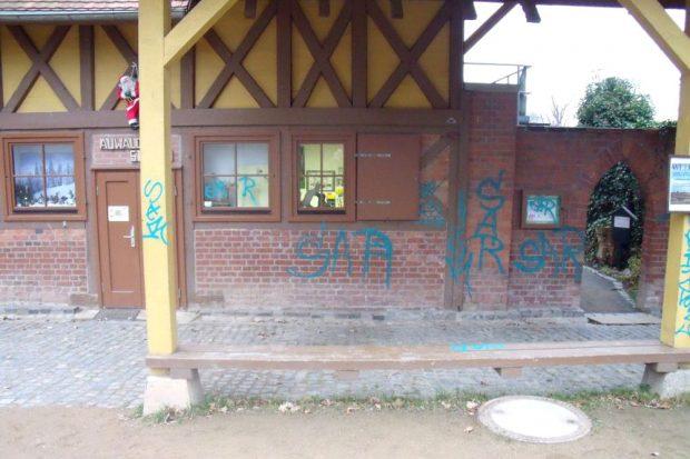 Beschmierte Auwaldstation. Foto: Franka Seidel, Auwaldstation