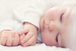 Im Schlaf durchlaufen Babys wesentliche Schritte der Sprachentwicklung im Zeitraffer: Aus Vorläufer-Worten können sie innerhalb einiger Minuten bereits echte Wörter bilden - eine Entwicklung, die ansonsten mehrere Monate braucht. Foto: shutterstock