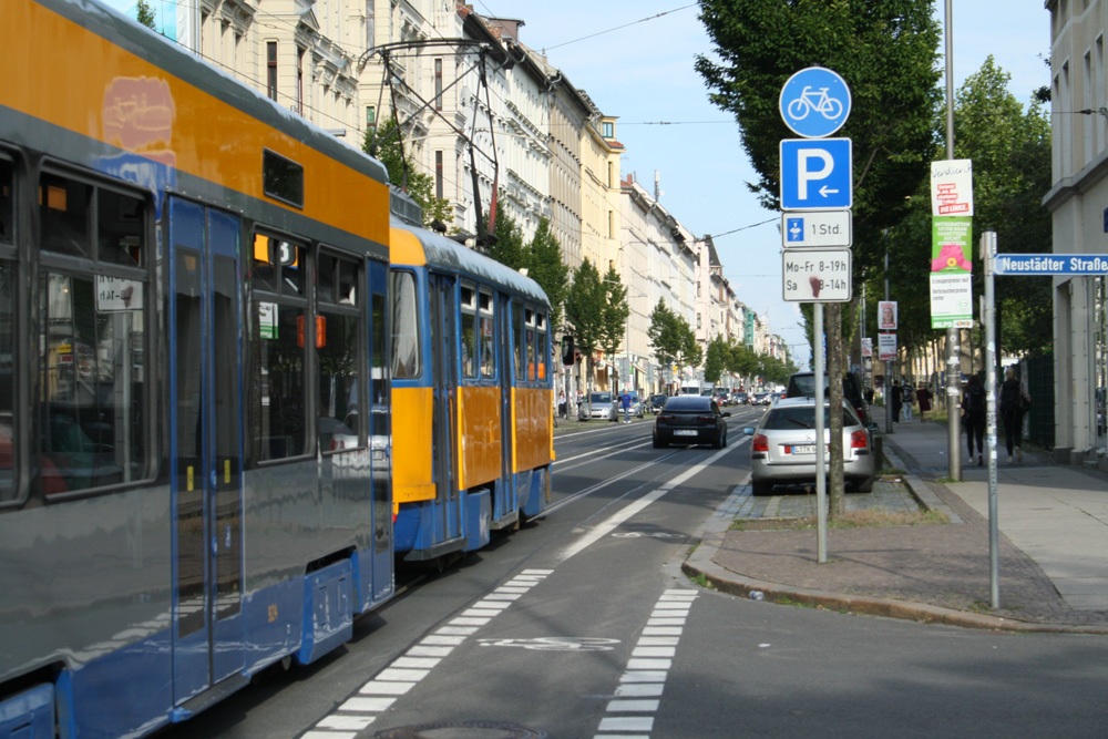 Mit der Straßenbahn in der Eisenbahnstraße. Foto: Ralf Julke