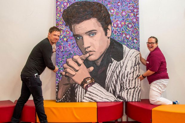 Michael Fischer-Art übergibt Cathrin Crimmann, Leiterin der Zentralen Aufnahme, die beiden neuen Leihstücke. Foto: Annett Prager