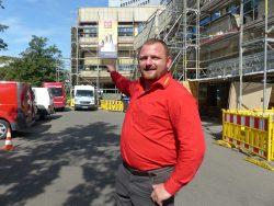 """Ingolf Stuber vor """"seinem"""" Spezialgerüst vor dem Gewandhaus zu Leipzig. Foto: Medienkontor"""